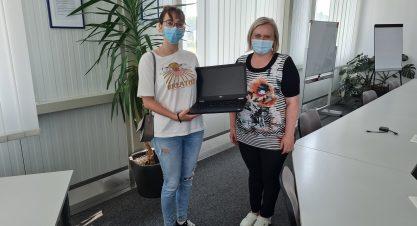 Donacija laptopa djevojci s potresom pogođenog područja